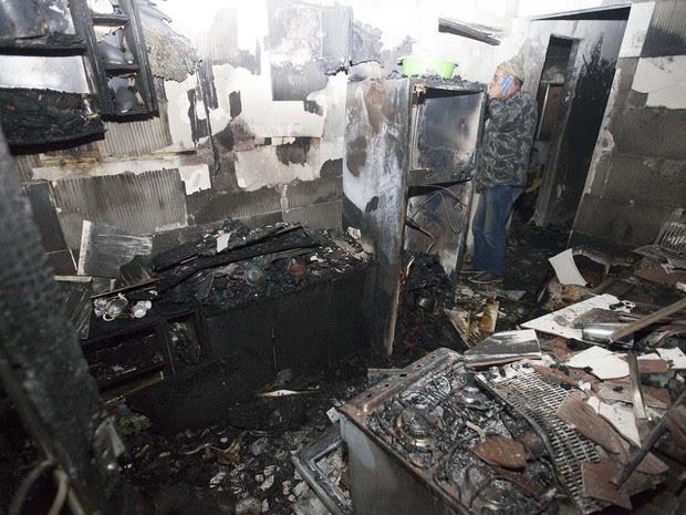 Incêndio em residência matou duas crianças na noite de sábado (18), em Santo André, no ABC paulista. As vítimas tinham 4 e sete anos e eram irmãos (Foto: Mario Ângelo/SigmaPress/Estadão Conteúdo)