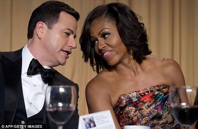 Uma palavra calma: Jimmy Kimmel, que forneceu um ligeiro alívio cômico no evento, teve uma palavra quieta com a primeira-dama Michelle Obama, que usava um vestido sem alças impressionante floral