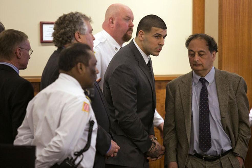 Aaron Hernandez se levanta após a leitura de sua sentença de prisão perpétua por homicídio (Foto: AP )