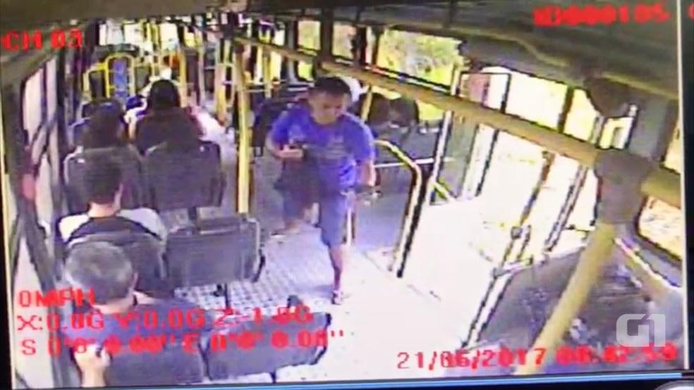 Polícia confirmou suspeito morto após comparação com imagens de circuíto interno do ônibus assaltado. (Foto: Divulgação/Polícia Civil)
