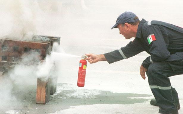 Bombeiro testa o equipamento. Extintor passa a ser obrigatório a partir de 1º de janeiro de 2015 (Paulo Filgueiras/Estado de Minas - 20/01/2005 )
