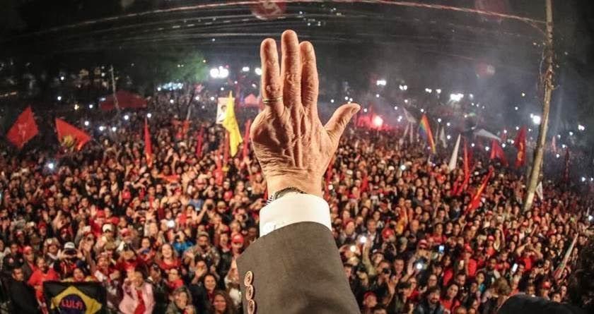 Lula discursa com sua mão para sua militância