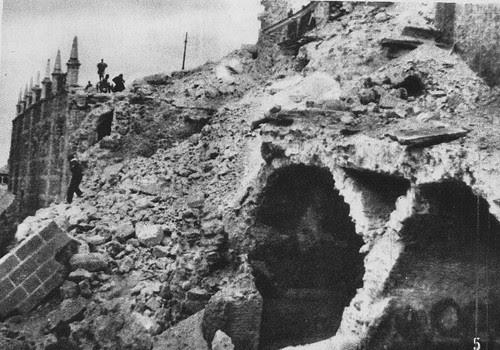Daños ocasionados por las minas explosionadas bajo el Alcázar de Toledo.