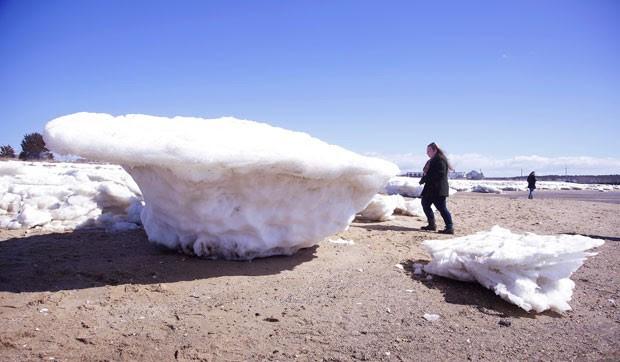 Blocos de gelo enormes foram parar em praias do estado de Massachusetts (Foto: Stephan Savoia/AP)
