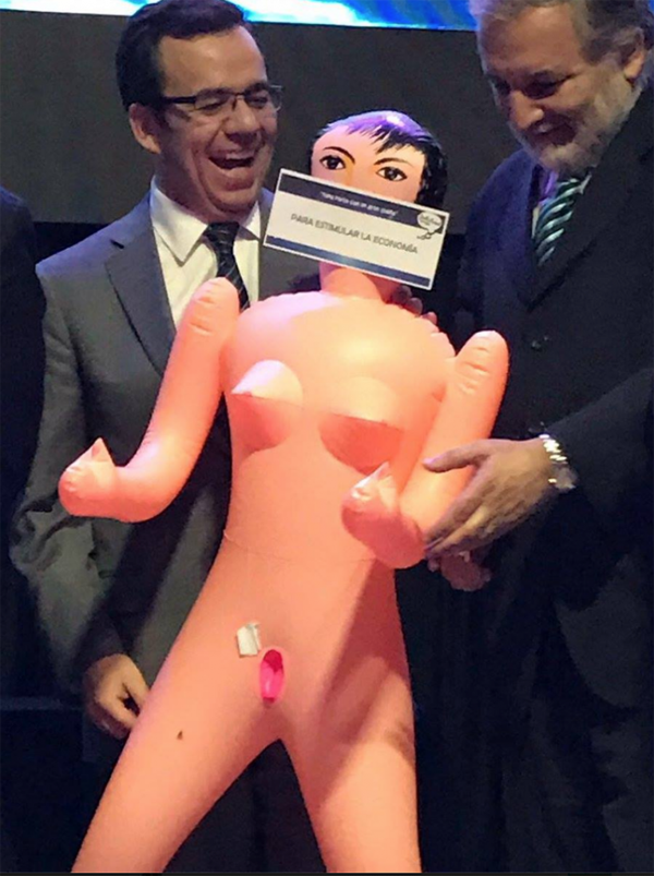 El ministro Céspedes recibió con beneplácito el regalo
