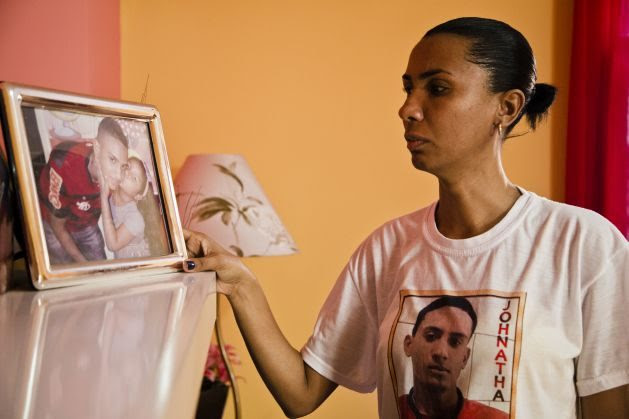 """Marielle Franco Was Always There for Us and Now We're There for Her - Ana Paula, resident of Manguinhos in Rio de Janeiro, mother of Johnatha de Oliveira, a 19 year-old boy killed by military police officers on 14 May 2014. The case of Jonatha's killing is portrayed in the report """"You killed my son - Homicides by military police in the city of Rio de Janeiro"""", AMR 19/2068/2015 launched on August 2015. The report """"You killed my son"""" denounces extrajudicial executions by military police officers in Rio de Janeiro and the pattern of non-investigation and impunity surrounding police killings."""