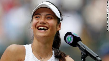 Raducanu sonríe durante su entrevista con los medios luego de vencer a la rumana Sorana Cirstea en la tercera ronda de Wimbledon.