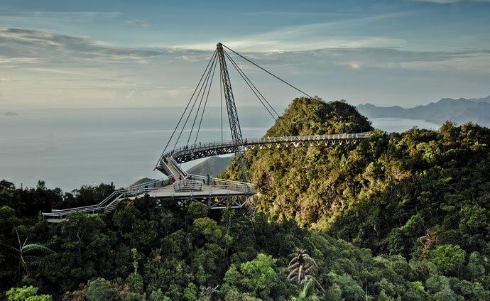 يرتفع الجسر 700 متراً عن سطح البحر