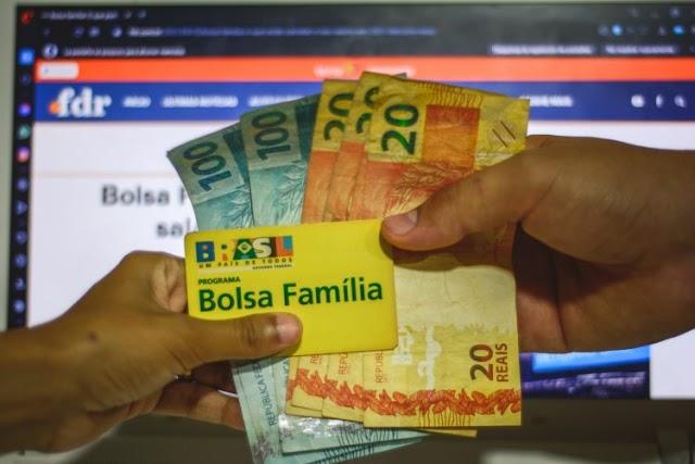 Secretário especial diz que governo prevê Bolsa Família de R$ 300 em novembro e dezembro