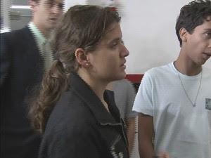 Namorada de vítima chega a delegacia sede de Guarujá, SP (Foto: Reprodução/TV Tribuna)