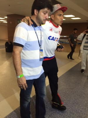 Guerrero sai mancando do Maracanã (Foto: Ivan Raupp)