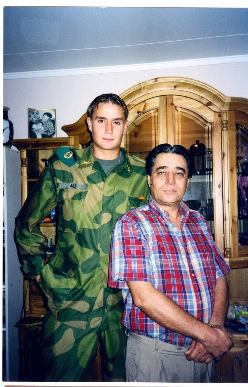 20 år gamle Mikael og far Niaz Ali hjemme i stuen i Dikemark. Billedet er taget nogle måneder før, Mikael rejste til Kosovo. (Privatfoto)