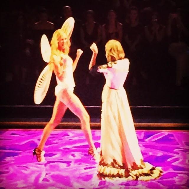 Melhores amigas, a cantora Taylor Swift festeja com a angel Karlie Kloss (Foto: Reprodução)