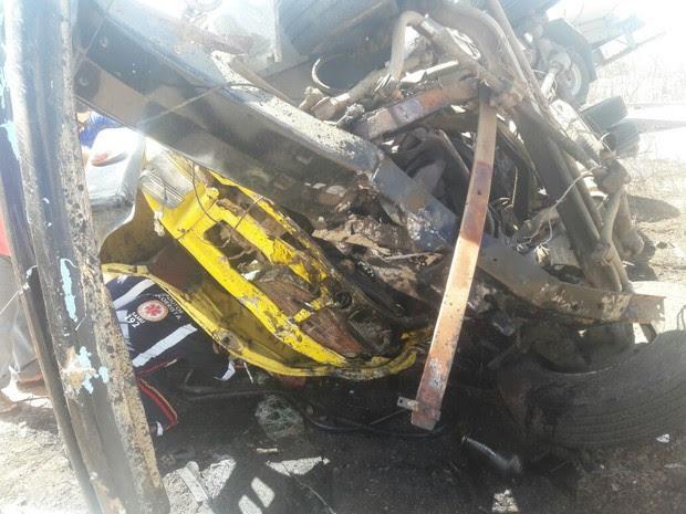 Parte de um dos caminhões-pipa ficou destruída após a colisão (Foto: Gilson Fernandes/Avant Mídia)