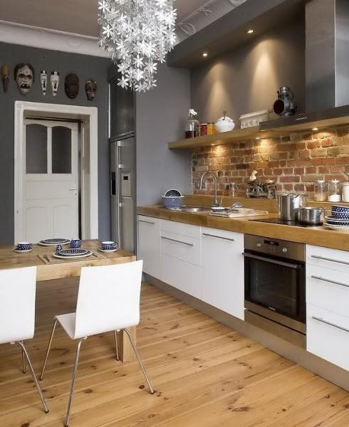 biala kuchnia z szarymi ścianami i ceglanymi ścianami