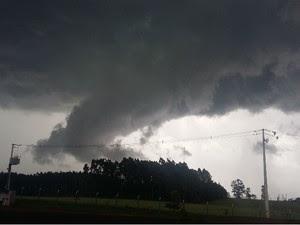 Internauta registrou nuvem funil no município de Pranchita (Foto: Josiane Regina / VC no G1 )