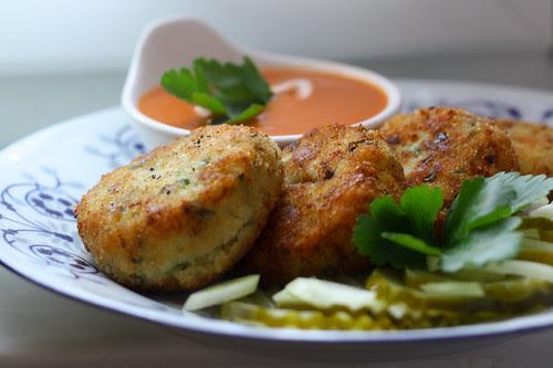 Ziołowe kotleciki ziemniaczano-kalafiorowe z pysznym pomidorowym sosem
