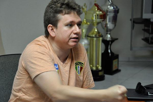 Herval Sampaio explica que este é o primeiro mandato do prefeito e não é necessário o afastamento