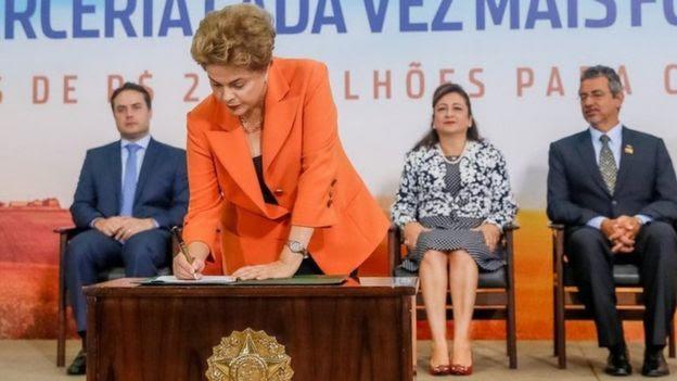 Dilma Rousseff assina documentos em evento