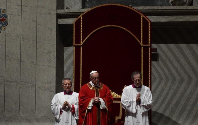 El Papa Francisco encabeza la ceremonia del Viernes Santo