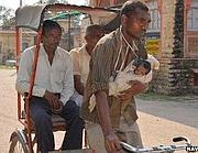 Il guidatore di risciò al lavoro con la figlia di un mese (