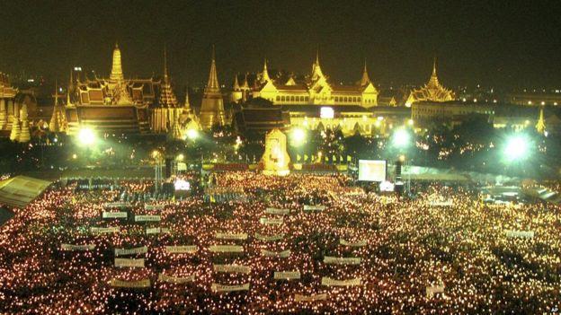 Người dân Thái thắp nến bên ngoài Grand Palace