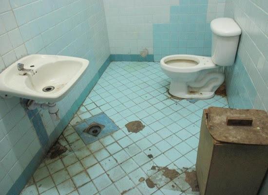 Baño en mal estado en la funeraria de Calzada y K, en el Vedado (foto del autor)