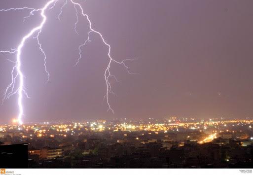 Ισχυρές καταιγίδες το βράδυ στην Αττική - Προβλήματα στις ακτοπλοϊκές συγκοινωνίες