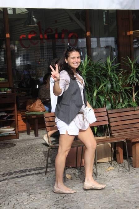 Giovanna Antonelli acena para o paparazzo