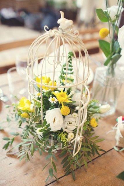 einen Vogelkäfig mit weißen und gelben Blüten und laub ist hübsch und einfach zu machen