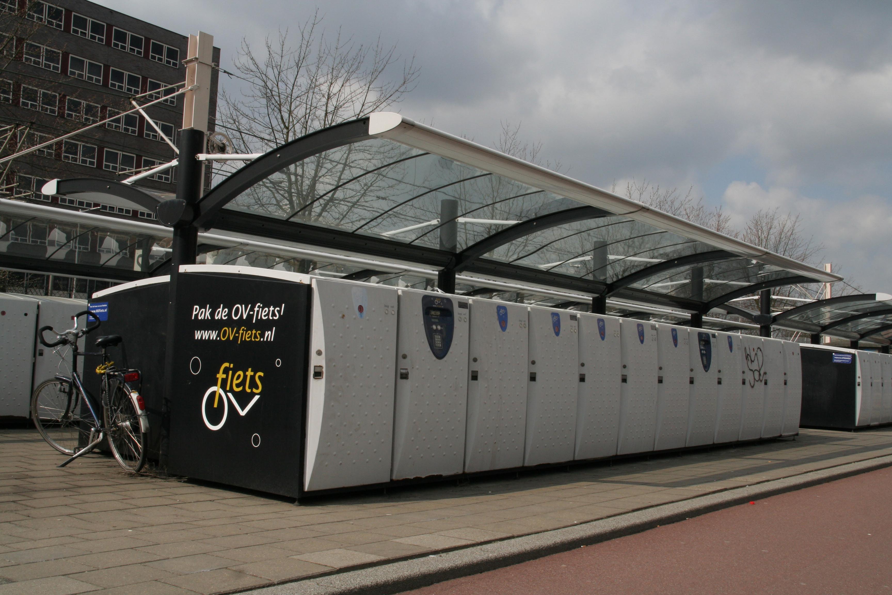 Los ferrocarriles holandeses ofrecen bicicletas a sus clientes en las estaciones de destino para evitar que los trenes se llenen de bicis propias
