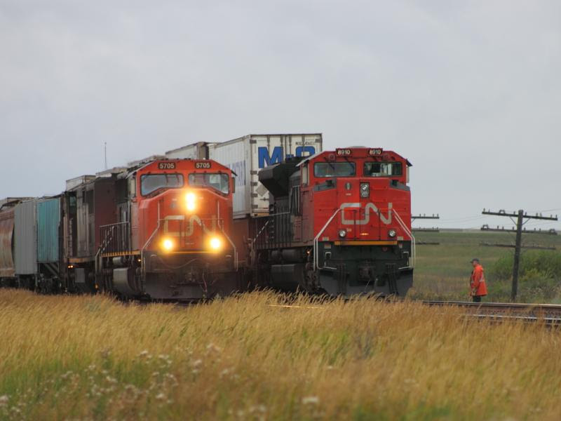 CN 5705 overtakes CN 8910 in Winnipeg