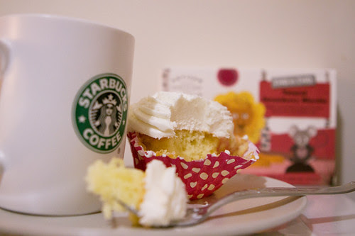 Can't say no to Starbuck's cupcake~