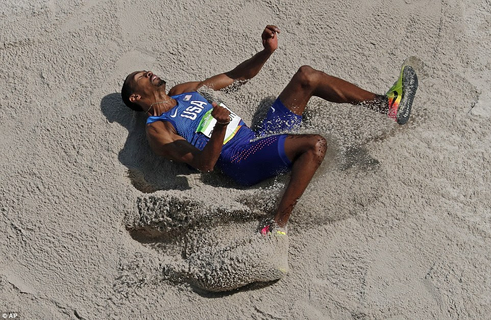 Christian Taylor saltou 10 centímetros mais longe do que o americano companheiro de equipe Will Claye para levar o ouro no triplo-salto