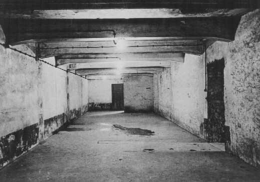 Câmara de gás no campo principal de Auschwitz logo após a liberação. Polônia, janeiro de 1945.