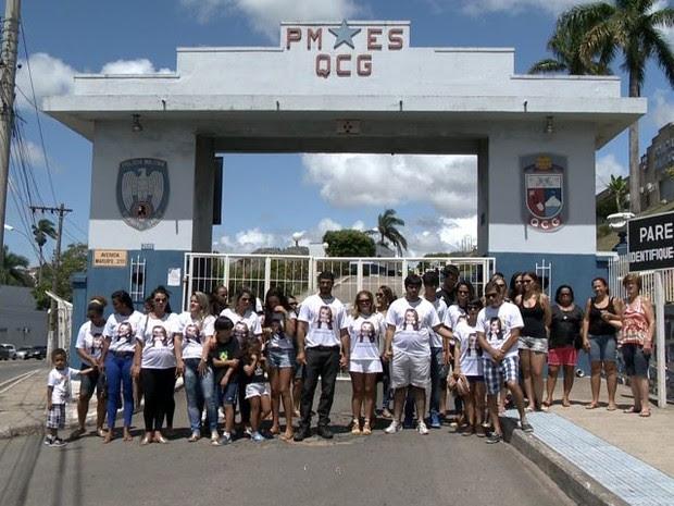 Amigos e familiares se reuniram em frente ao Quartel da Polícia Militar (Foto: Reprodução/ TV Gazeta)