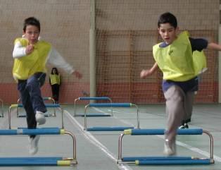 Resultado de imagen de niños saltando vallas fotos
