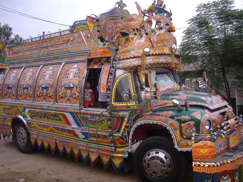 Arte dos coloridos caminhões paquistaneses 11