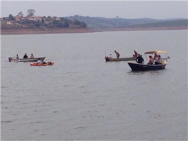 Embarcações resgatam casal que estava em helicóptero que caiu no Lago de Furnas, em Fama (Foto: Pedro Henrique Fonseca)