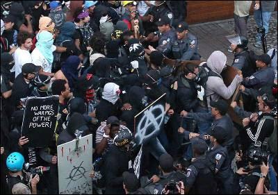Manifestantes se enfrentan con la Policía en Río de Janeiro