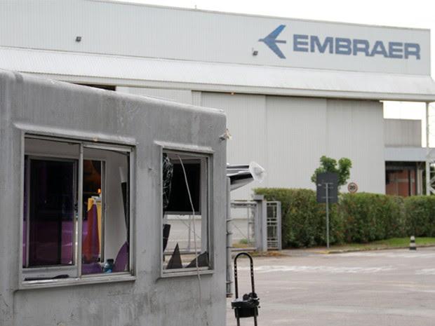 Grupo armado invade Embraer e explode seis caixas eletrônicos (Foto: Carlos Santos/G1)