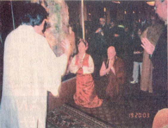 西藏來的及白人中的女活佛卓瑪仁波切正在展廳向雲高大法王(H.H.第三世多杰羌佛)頂禮。