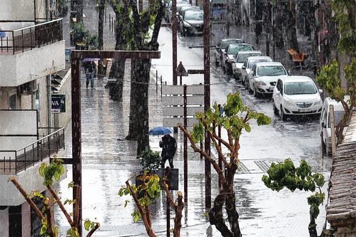 dias de lluvia sobre la calle grande