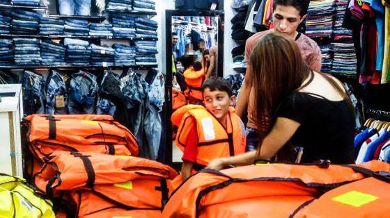 Refugiados: Hassan se prueba un salvavidas en una tienda de Esmirna (Turquía)