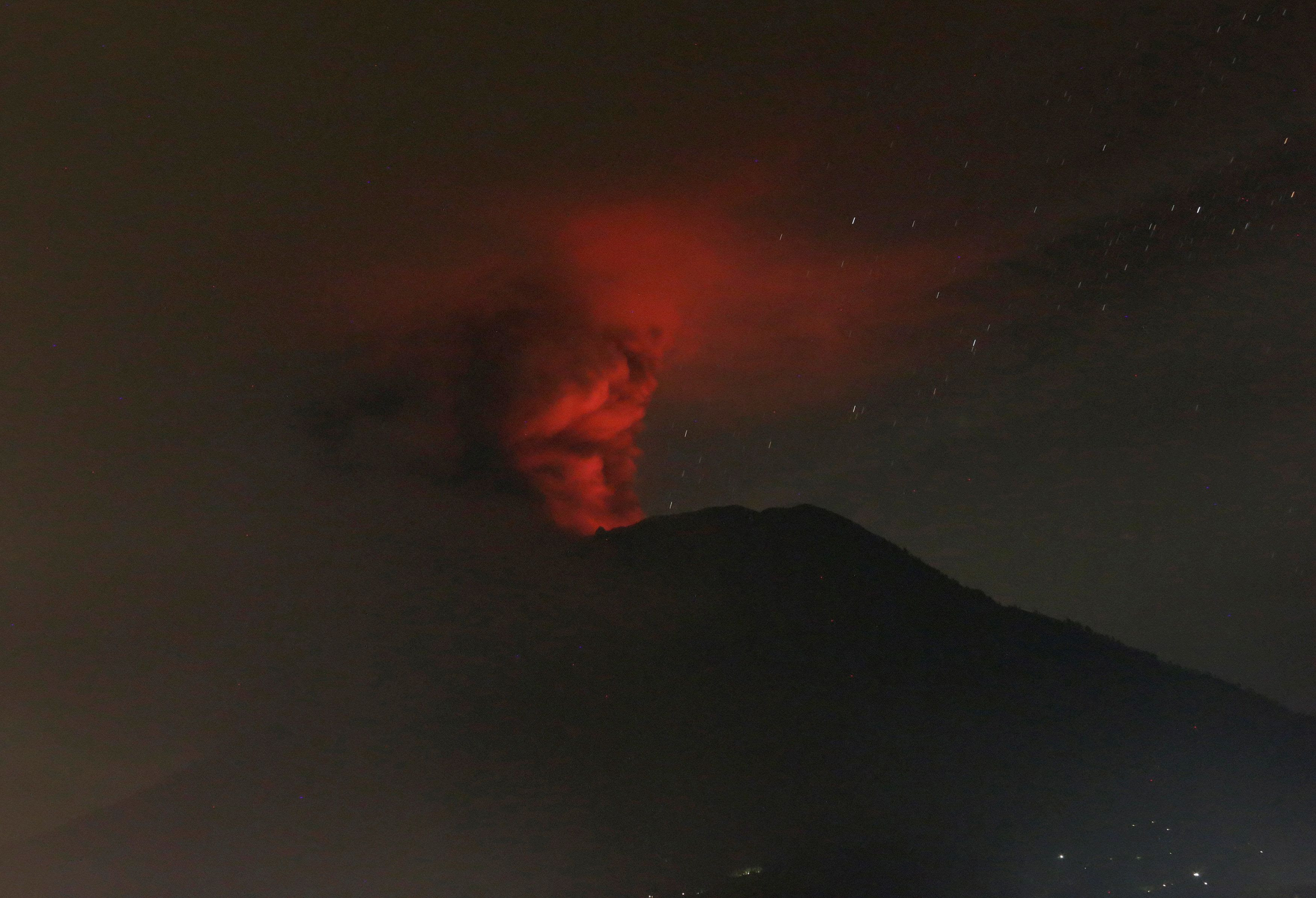 <strong>Mount Agung as seen by night on the 16th November.</strong>