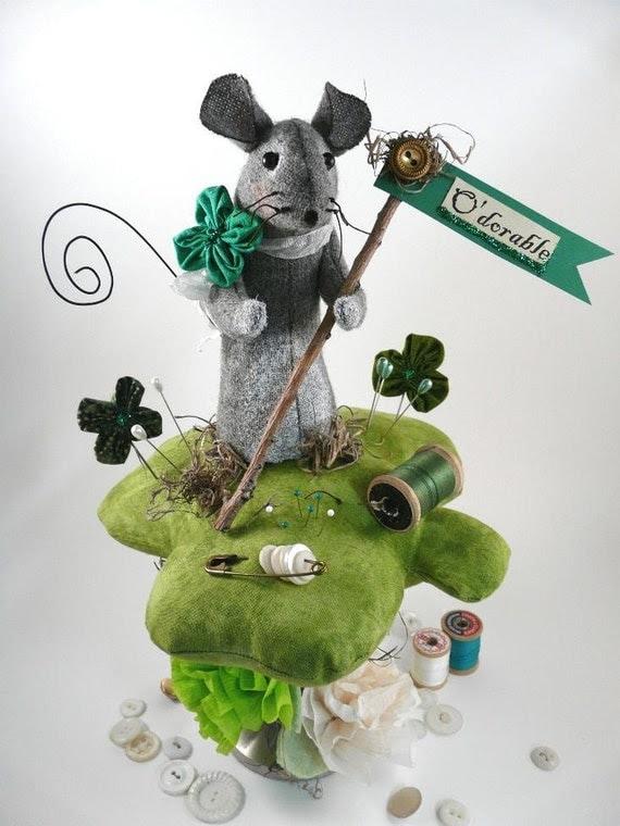 Prim wool Mouse Pinkeep Shamrock E pattern - Big pincushion wool fabric pdf clover primitive sewing notion day Irish sign pins