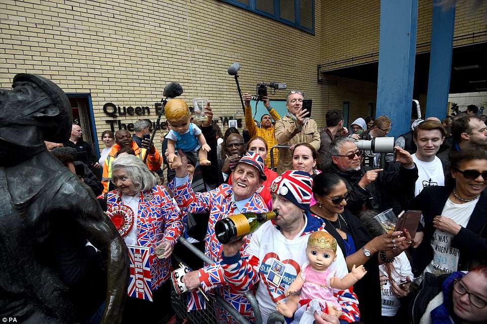 Los fanáticos reales celebran esta tarde afuera del Lindo Wing en el Hospital St Mary en Paddington, Londres