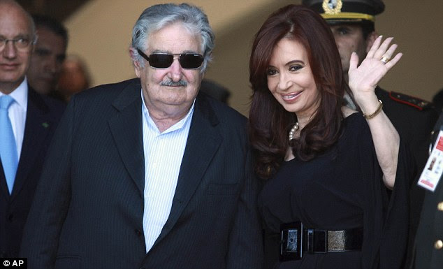 Diplomacia: Uruguay presidente José Mujia ea Sra. Kirchner na cúpula do Mercosul em Montevidéu.  Ele alega que a decisão de proibir o transporte das Malvinas foi marcada puramente económica