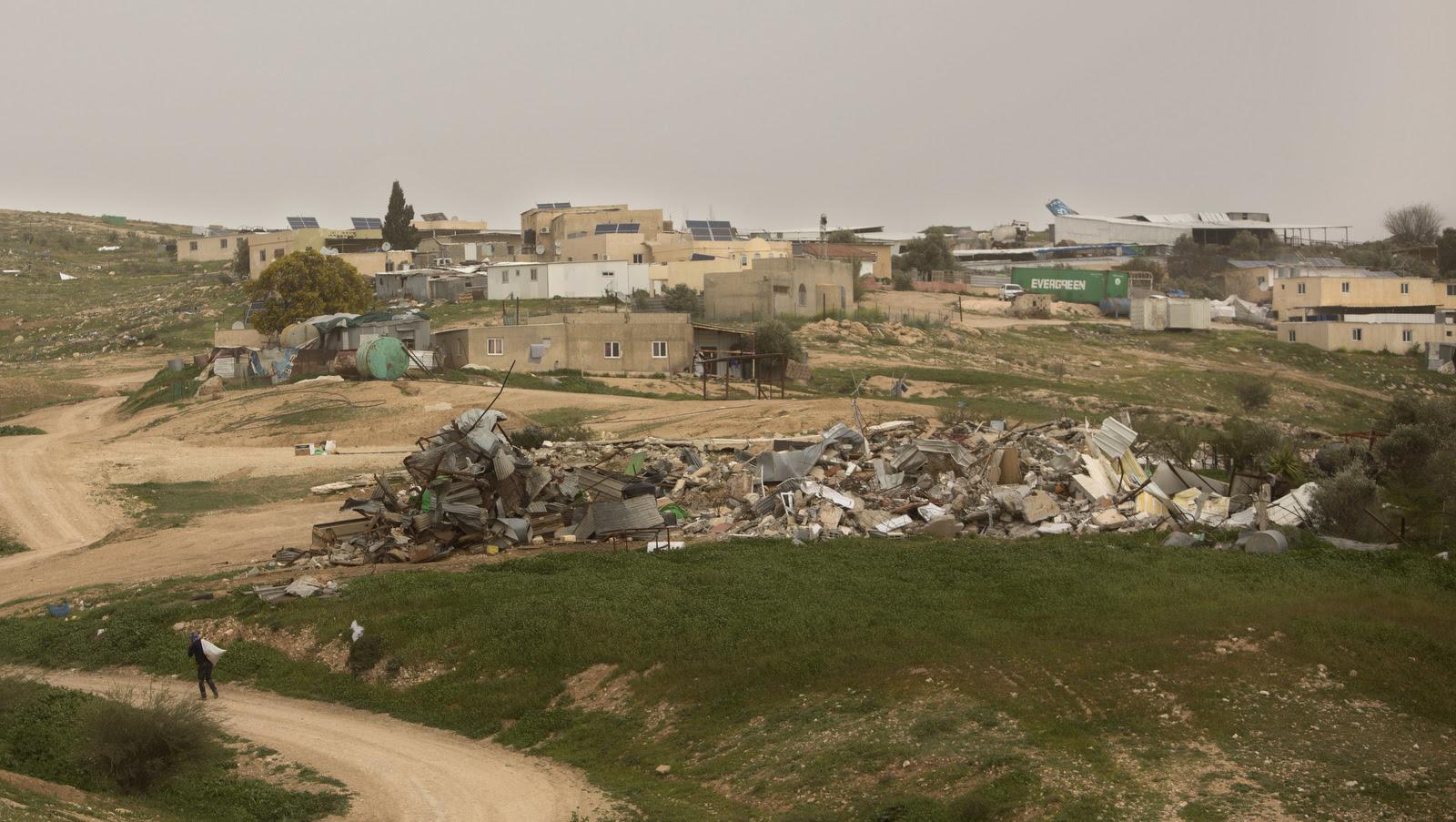 Neste domingo, foto do 12 de março de 2017, um homem aproxima-se dos destroços de lares demolidos, na aldeia beduína de Umm al-Hiran, Israel.  (AP / Sebastian Scheiner)
