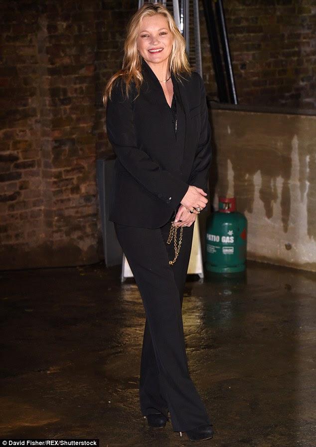 Mantendo a calma: O modelo de 42-year-old parecia nada perturbado quando ela escorregou para o evento em um terninho preto, piscar o sutiã em uma blusa pura debaixo